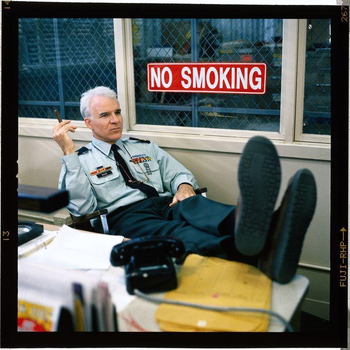 Master Sergeant Ernest G. Bilko (Steve Martin) ist Leiter eines Motor-Trupps auf einem amerikanischen Militärstützpunkt. Er hat einige Soldaten unte... - Bildquelle: 1996 Universal City Studios Inc. All rights reserved.