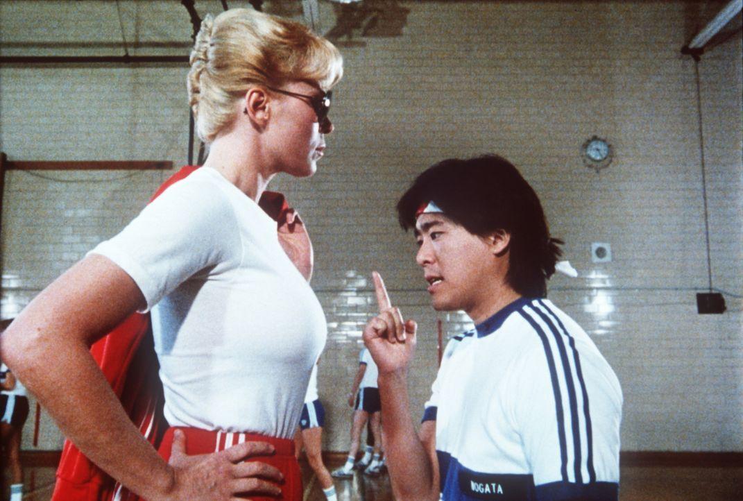 Nogata (Brian Tochi, r.) hat so seine Probleme mit den amerikanischen Frauen, insbesondere mit   Callahan (Leslie Easterbrook, l.) ... - Bildquelle: Warner Bros.