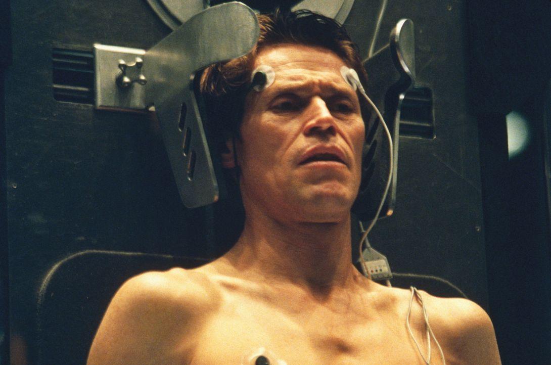 Der besessene Wissenschaftler Norman Osborn (Willem Dafoe) lässt sich nicht abbringen, einen Selbstversuch zu starten ... - Bildquelle: 2003 Sony Pictures Television International