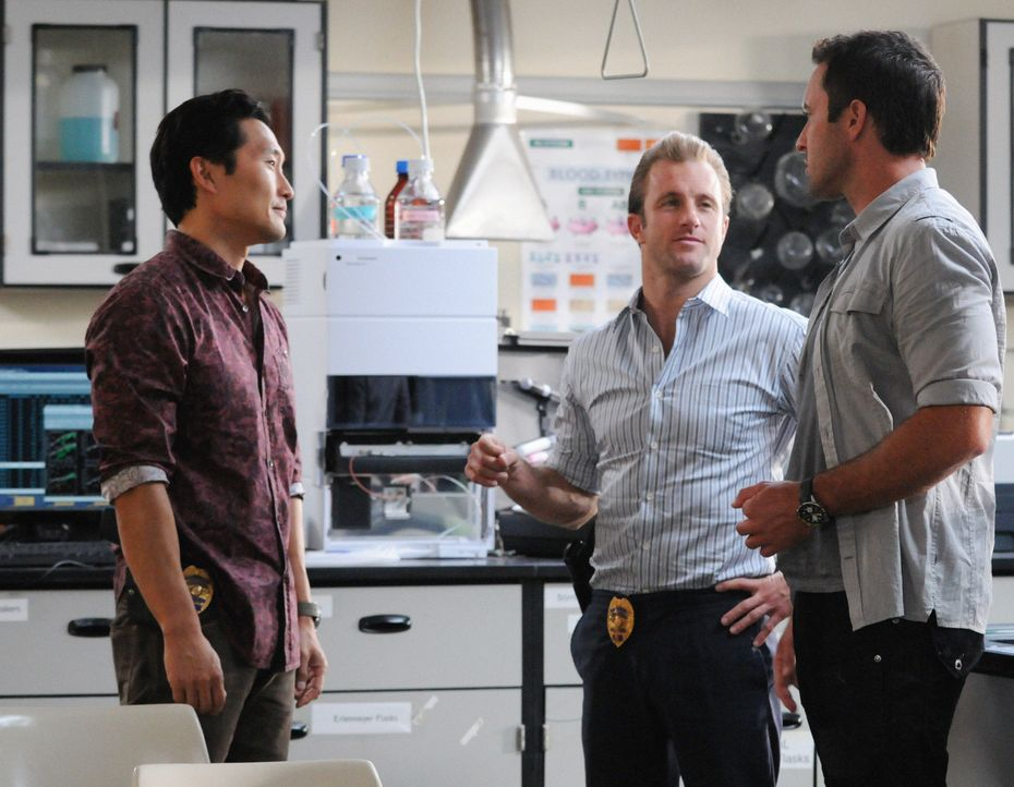 Ermitteln in einem neuen Mordfall: Steve (Alex O'Loughlin, r.), Danny (Scott Caan, M.) und Chin (Daniel Dae Kim, l.) ... - Bildquelle: 2012 CBS Broadcasting, Inc. All Rights Reserved.