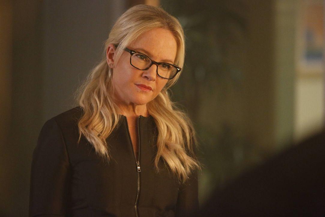 Ahnt nicht, dass sie schon bald eine unerwartete Entschuldigung zu hören bekommen wird: Linda (Rachael Harris) ... - Bildquelle: 2016 Warner Brothers
