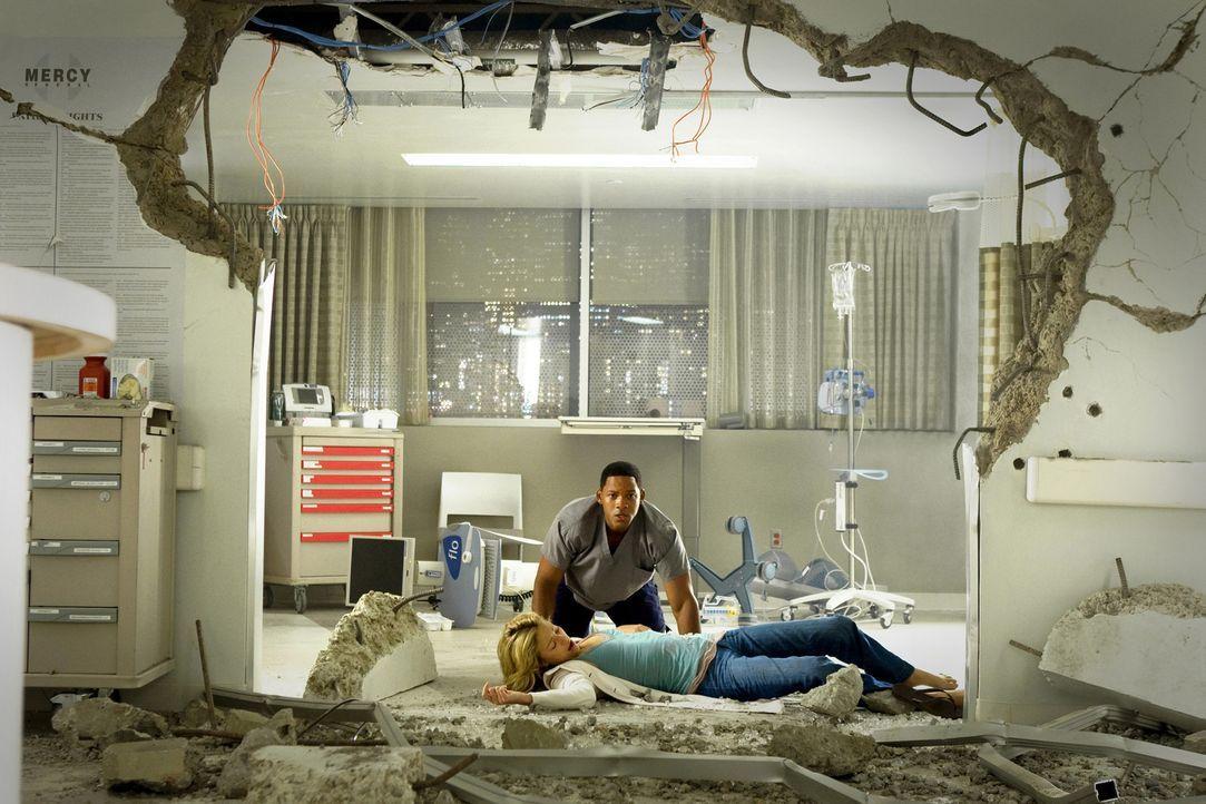 Als Hancock (Will Smith, hinten) Mary (Charlize Theron, liegend) küsst, muss er erfahren, dass diese über ähnliche Kräfte verfügt. Sie schleudert ih... - Bildquelle: Sony Pictures