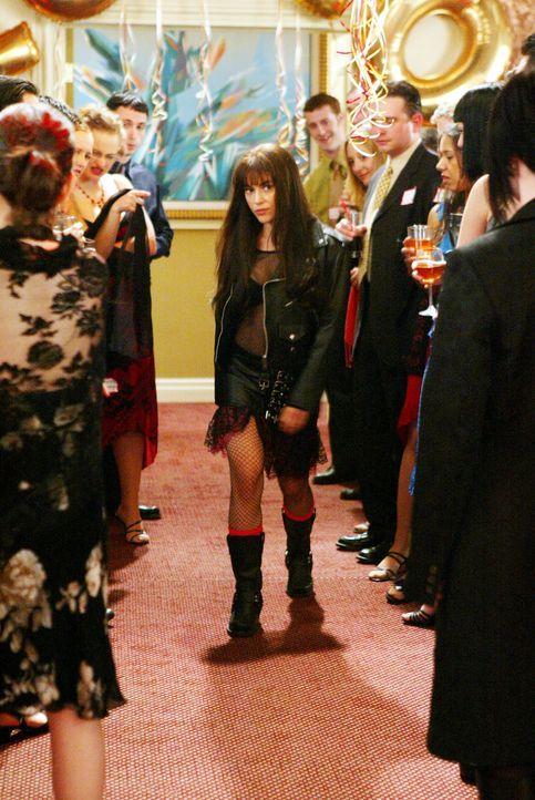 Phoebe (Alyssa Milano, M.) geht zum Klassentreffen ihrer ehemaligen Highschool. Die Eindrücke sind so stark, dass sie sich in die wilde Phoebe zurüc... - Bildquelle: Paramount Pictures.