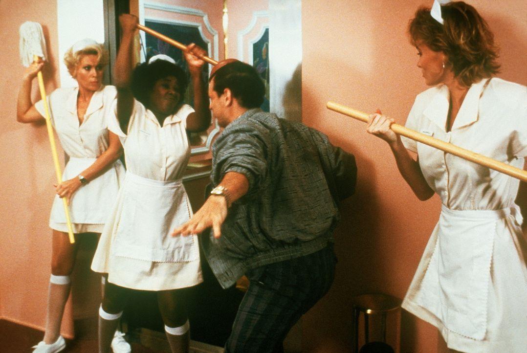Mit vereinten Kräften gelingt es den angeblichen Zimmermädchen Lieutenant Debbie Callahan (Leslie Easterbrook, l.), Hooks (Marion Ramsey, M.) und... - Bildquelle: Warner Bros.