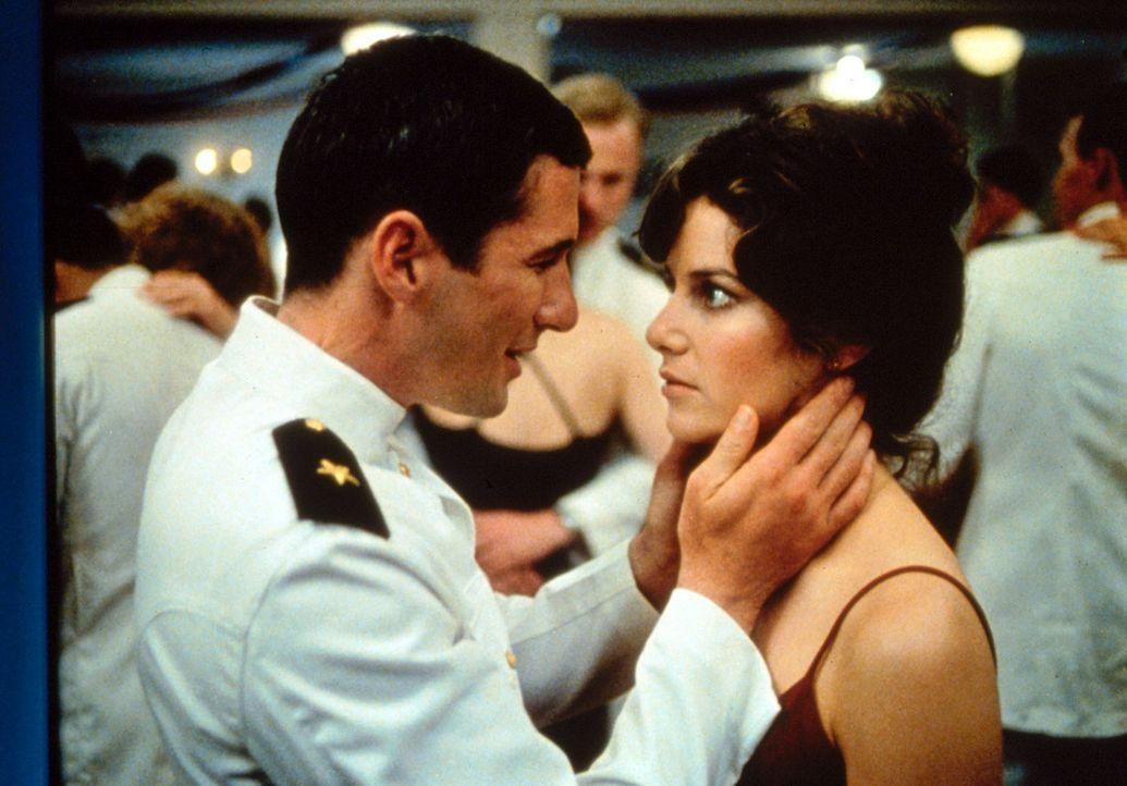 Bei einem nächtlichen Ausflug lernt der angehende Marineoffizier Zack Mayo (Richard Gere, l.) die hübsche Paula Pokrifki (Debra Winger, r.), Arbei... - Bildquelle: Paramount Pictures