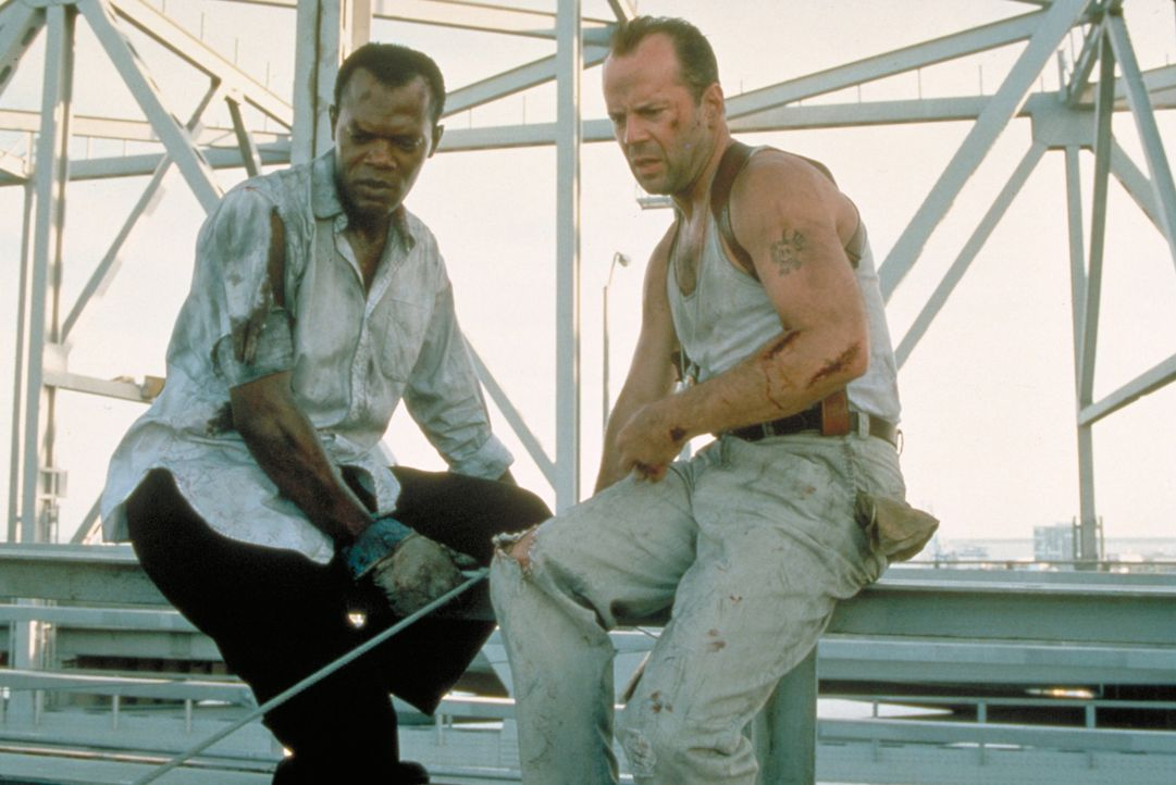 "Zusammen mit Zeus Carver (Samuel L. Jackson, l.), der McClane (Bruce Willis, r.) bei seinem ersten ""Spiel"" das Leben rettete, jagt er fortan durch d... - Bildquelle: Buena Vista Home Entertainment © 1995 Cinergi Pictures Entertainment Inc. Cinergi Productions N.V. Inc. and Twentieth Century Fox Film Corporation"
