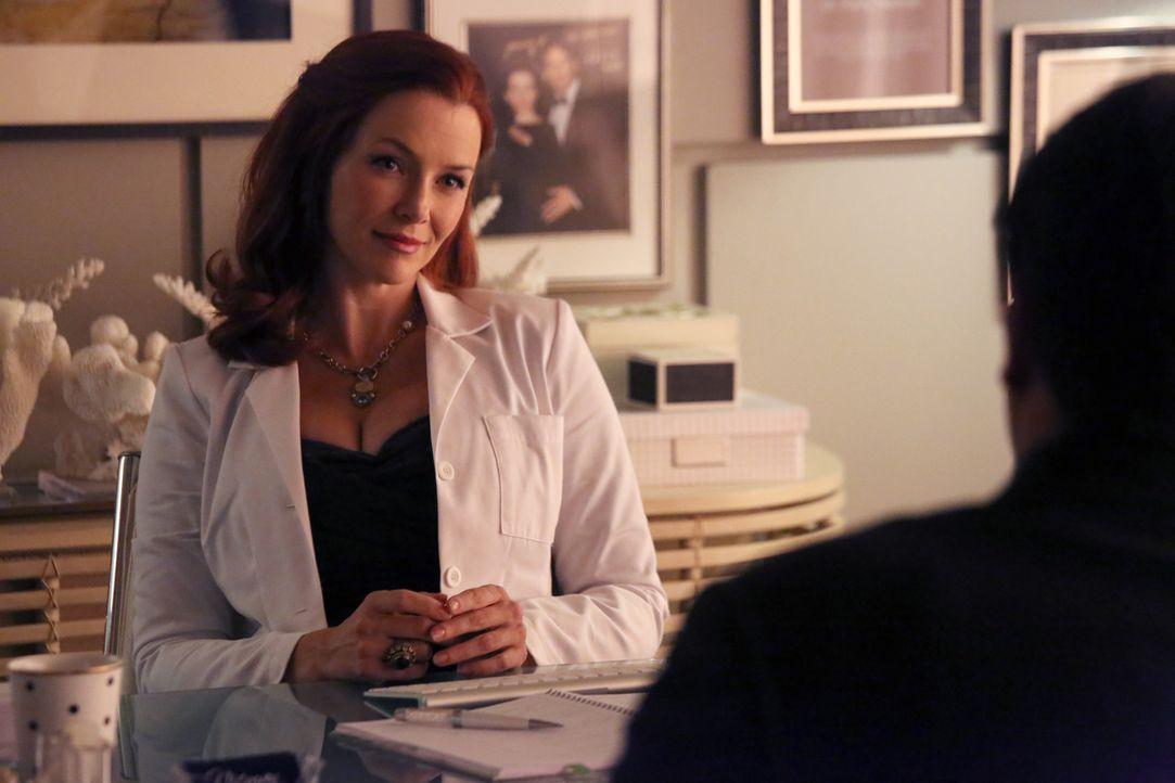 Was weiß die plastische Chirurgin Dr. Kelly Nieman (Annie Wersching) über den Mord an einer ehemaligen Patientin? - Bildquelle: 2013 American Broadcasting Companies, Inc. All rights reserved.