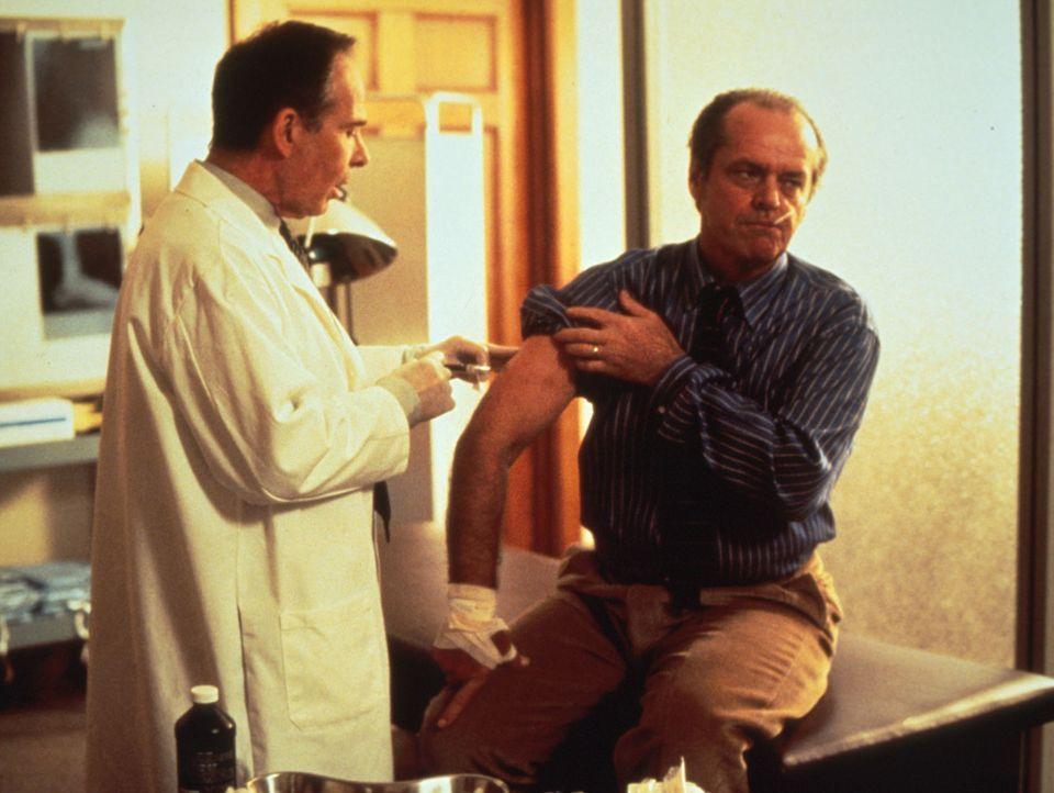 Nachdem Will (Jack Nicholson, r.) von einem Wolf gebissen wurde, lässt er sich von Kopf bis Fuß untersuchen. Doch die Ärzte stellen nur eine leic... - Bildquelle: Columbia TriStar