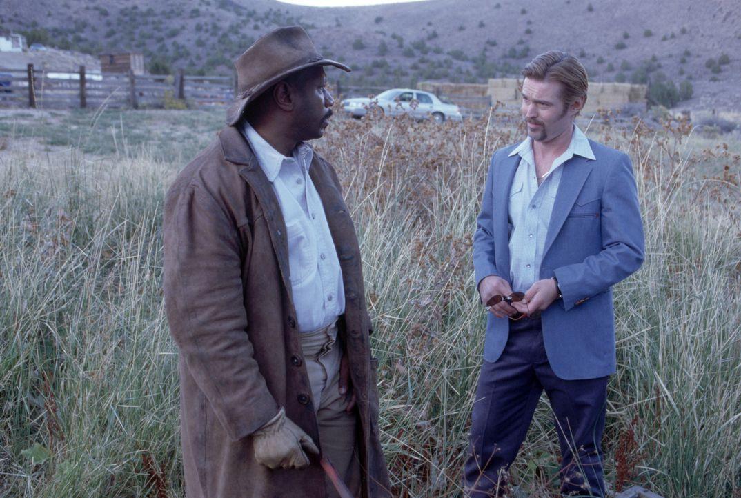 Eddie Burns (Ving Rhames, l.) will nicht glauben, was ihm Cal Brody (Bill Sage, r.) erzählt ... - Bildquelle: Sony 2010 CPT Holdings, Inc.  All Rights Reserved