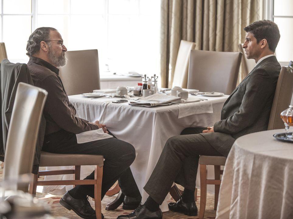 Wird eine Zusammenarbeit zustande kommen? Aasar Khan (Raza Jaffrey, r.) und Saul (Mady Patinkin, l.) ... - Bildquelle: Homeland   2014 Twentieth Century Fox Film Corporation