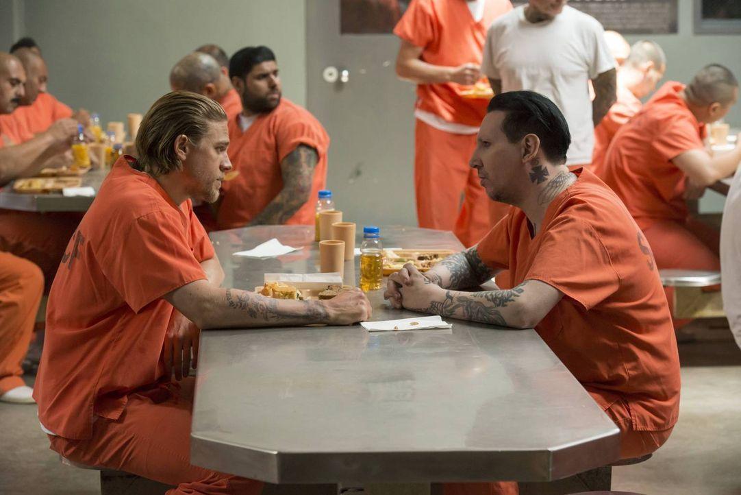 Die Regeln im Knast kennt Jax (Charlie Hunnam, l.). Nur durch eine bewiesene Gewalttat, lässt der hochrangige Tally (Marilyn Manson, r.) ein Gespräc... - Bildquelle: Prashant Gupta 2013 Twentieth Century Fox Film Corporation and Bluebush Productions, LLC. All rights reserved.
