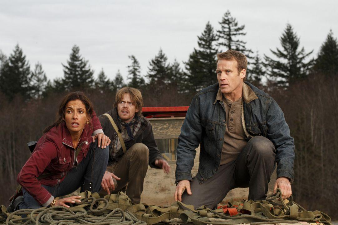 Zusammen mit Maria (Leonor Varela, l.) versucht Chance (Mark Valley, r.), Doug (Kris Marshall, M.) aus den Fängen des Militärs zu befreien ... - Bildquelle: Warner Brothers