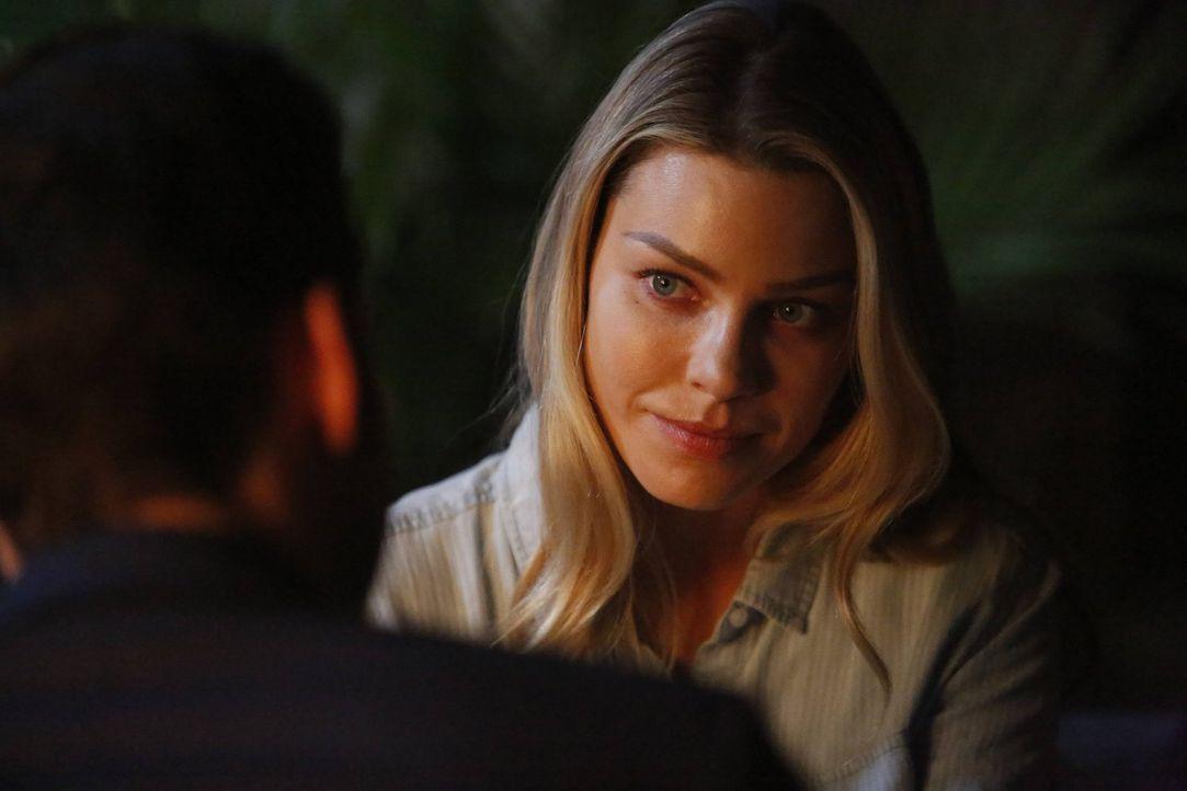 Lässt sich Chloe (Lauren German) tatsächlich auf einen Deal mit Charlotte ein, um den Mörder ihres Vaters hinter Gitter zu bringen? - Bildquelle: 2016 Warner Brothers