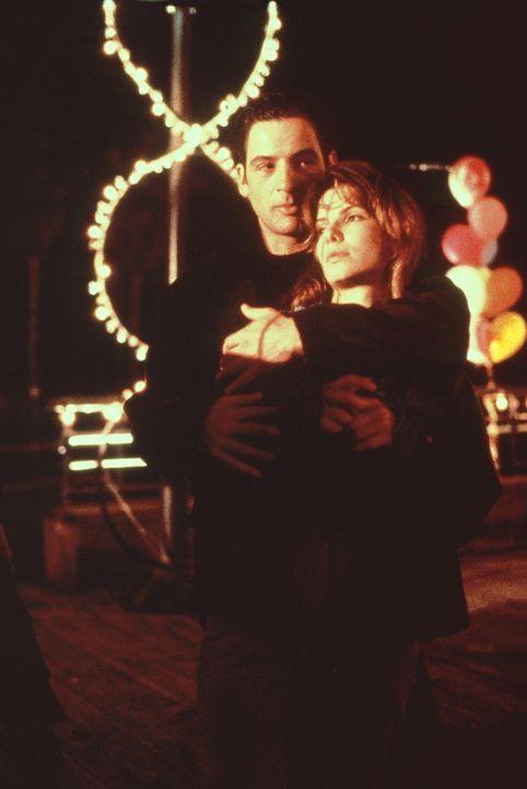 Mit Jack (Jeremy Northam, l.) wähnt sich Angela (Sandra Bullock, r.) im siebten Himmel. Doch das Glück währt nur kurz ... - Bildquelle: Columbia Pictures Corporation
