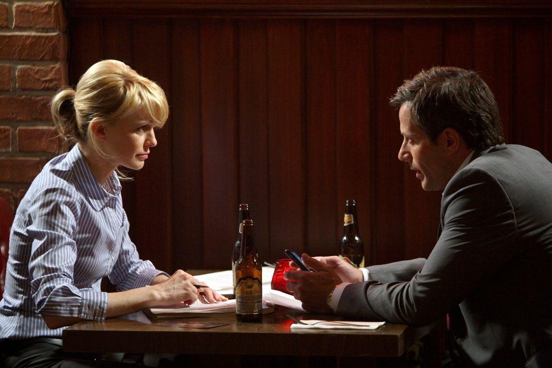 Bei einem gemeinsamen Abendessen kommen sich Det. Lilly Rush (Kathryn Morris, l.) und Ryan Cavanaugh (Johnny Messner, r.) näher ... - Bildquelle: Warner Bros. Television