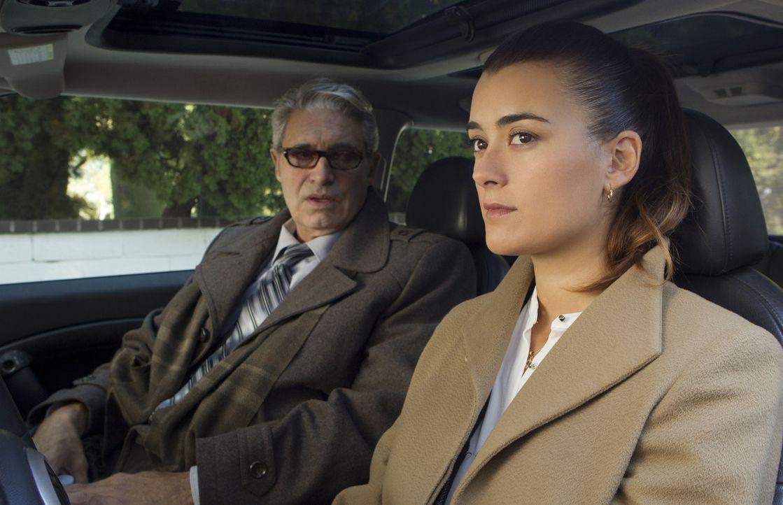 Während das Team eine Verbindung zwischen einem toten Journalisten und einem Marineoffizier untersucht, wird Ziva (Cote de Pablo, r.) vom Besuch ihr... - Bildquelle: CBS Television