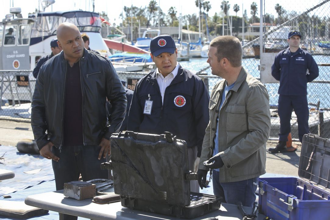 Ein Raketentest wurde gehackt und dadurch eine zivile Motoryacht versenkt. Callen (Chris O'Donnell, r.), Sam (LL Cool J, l.) und Coast Guard Special... - Bildquelle: CBS Studios Inc. All Rights Reserved.