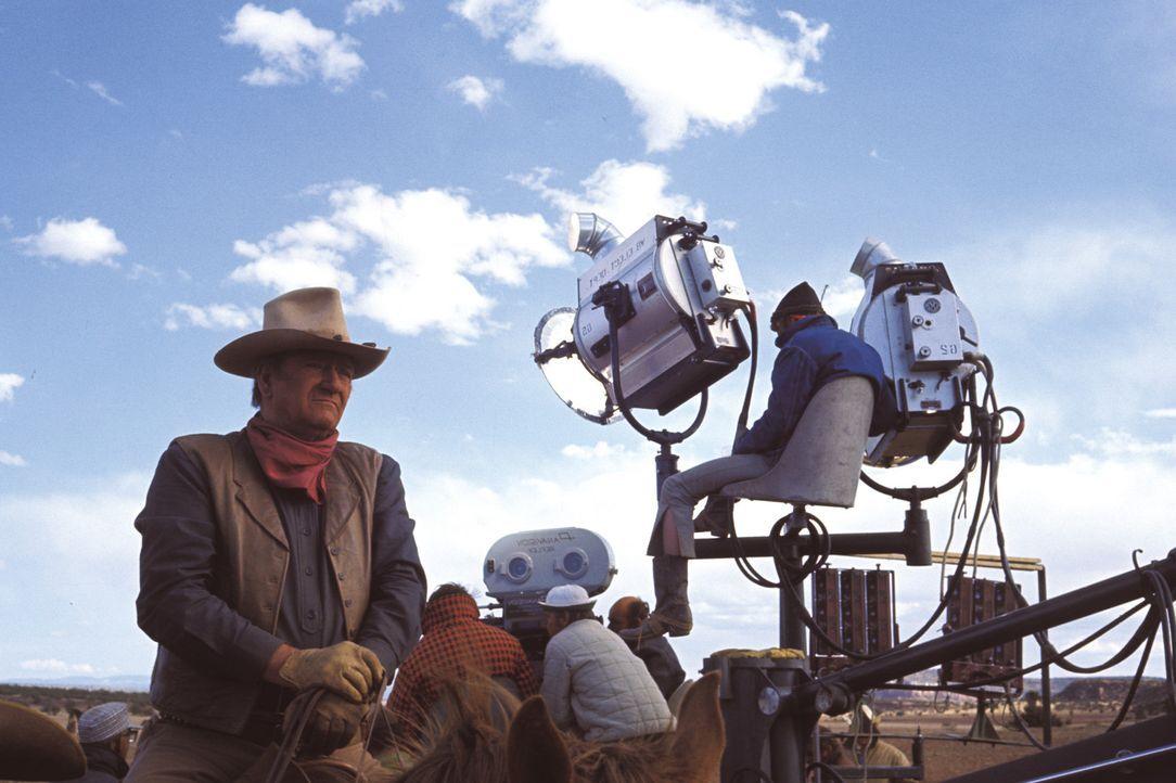 John Wayne bei den Dreharbeiten - Bildquelle: Warner Bros.