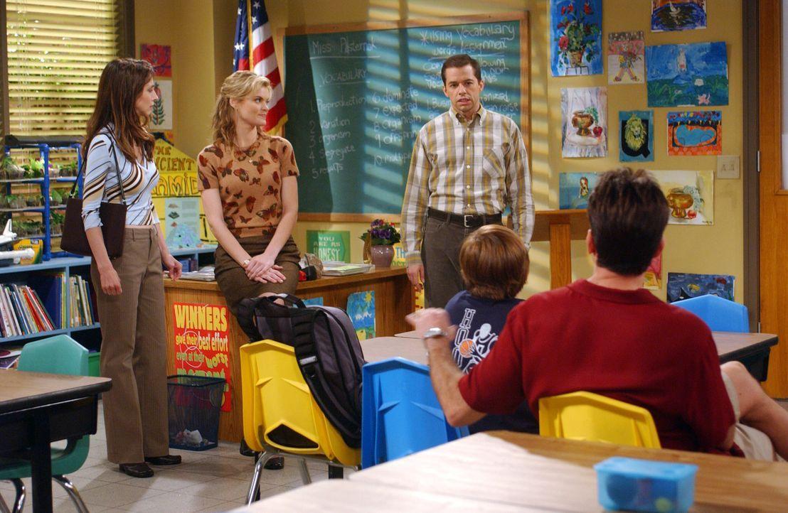 Jake (Angus T. Jones, 2.v.r.) hat seiner Lehrerin Miss Pasternak (Missi Pyle, 2.v.l.) den Mittelfinger gezeigt - jetzt droht ihm ein Schulverweis. U... - Bildquelle: Warner Bros. Television