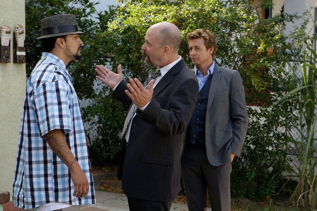 Patrick (Simon Baker, r.) und Bosco (Terry Kinney, M.) werden beide auf den gleichen Fall angesetzt und ermittelt jeder auf seine Weise. Hat Raoul (... - Bildquelle: Warner Bros. Television