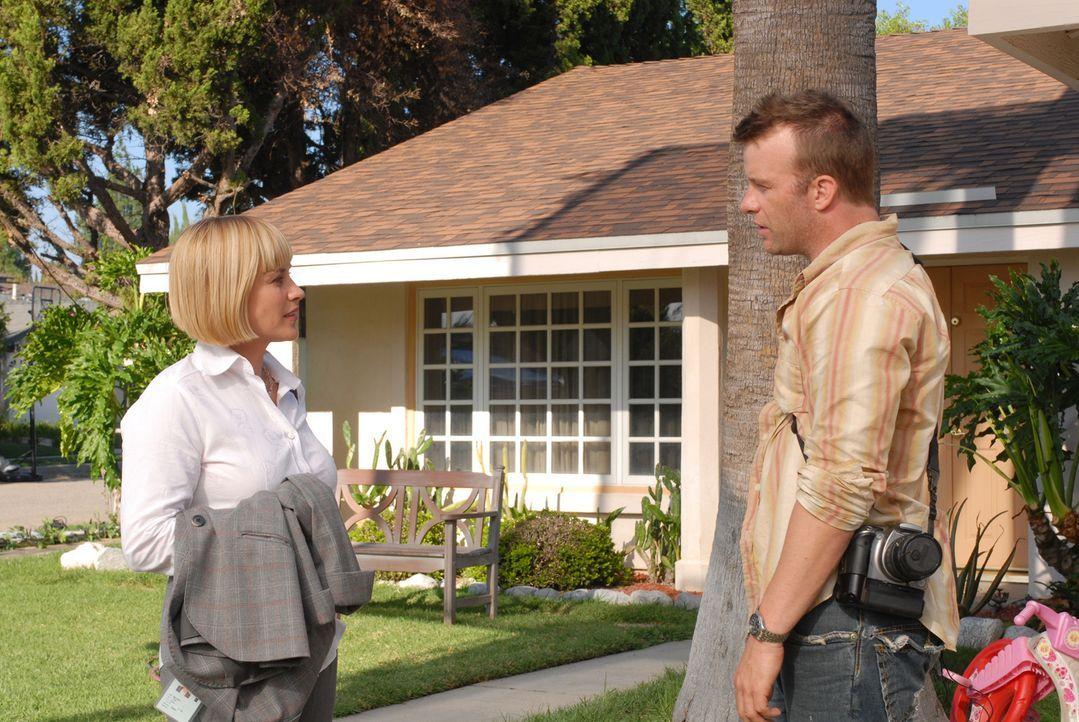 Bei Allison Dubois (Patricia Arquette, l.) taucht ihre Jugendliebe Clay Bicks (Thomas Jane, r.) auf. Allerdings ist er tot. Clay beschließt, in Alli... - Bildquelle: Paramount Network Television