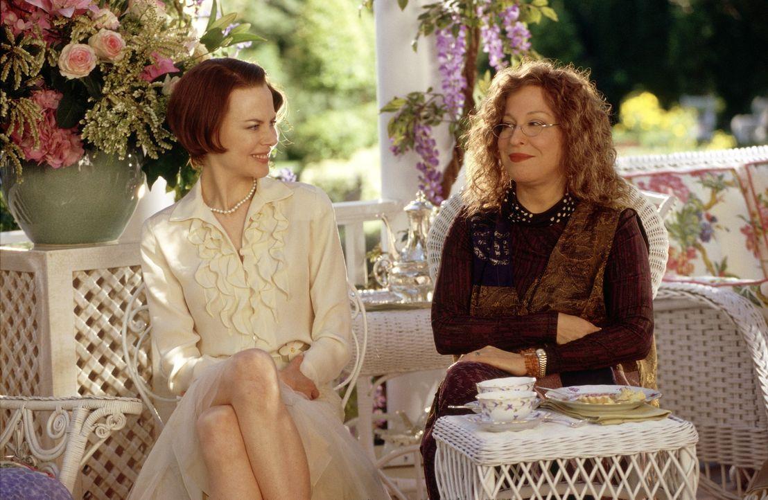 Bobbie (Bette Midler, r.) und Joanne (Nicole Kidman, l.) sind die einzig normalen Frauen in Stepford. Alle anderen scheinen irgendwie keine eigenen... - Bildquelle: Andrew Schwartz TM & Copyright   2004 by DreamWorks LLC and Paramount Pictures Corporation.  All Rights Reserved.