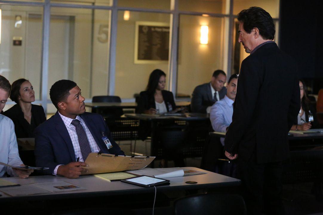 Bei einer Unterrichtstunde zum Thema Profiling, die Rossi (Joe Mantegna, r.) hält, bekommt er einen Anruf von dem inzwischen inhaftieren Serienkille... - Bildquelle: Michael Yarish 2016 ABC Studios. All rights reserved. / Michael Yarish