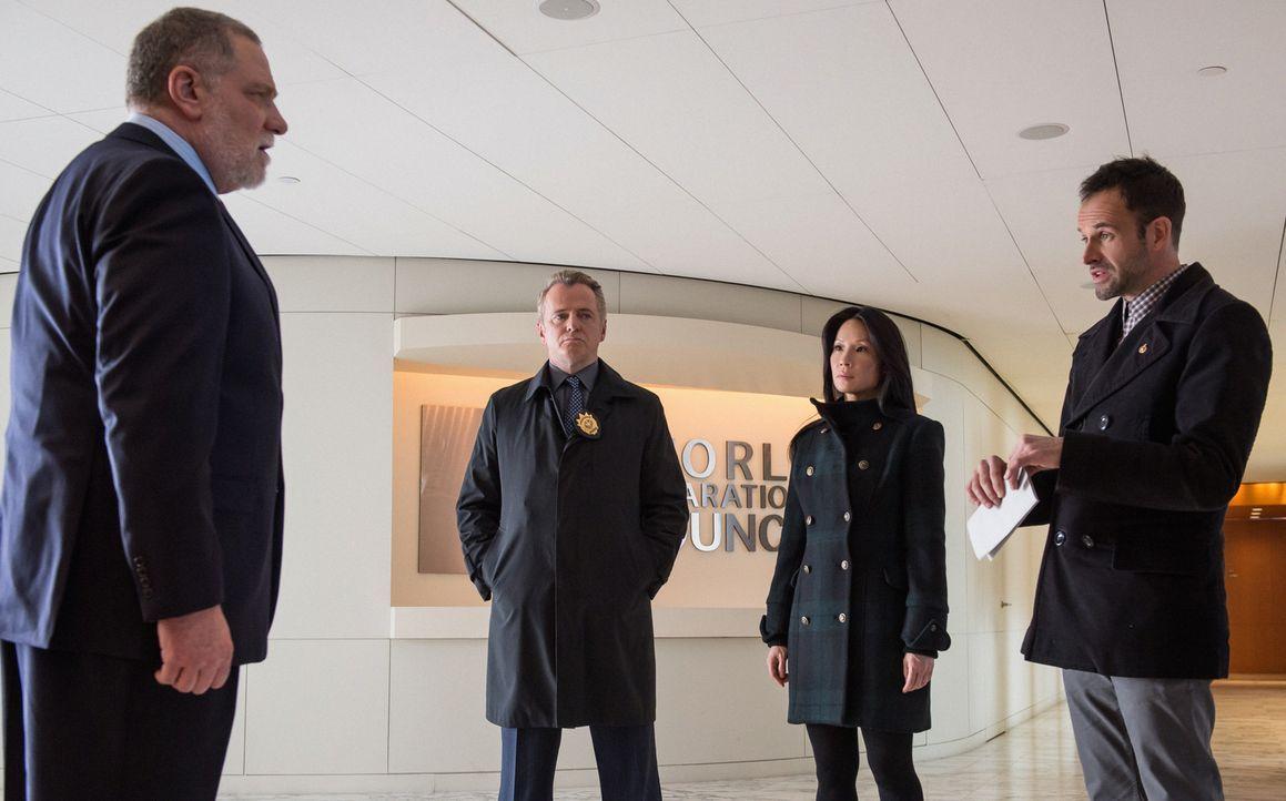 Holmes (Jonny Lee Miller, r.), Watson (Lucy Liu, 2.v.r.) und Capt. Gregson (Aidan Quinn, 2.v.l.) haben Beweise in der Hand, um den Kunsthändler Jaco... - Bildquelle: CBS Television