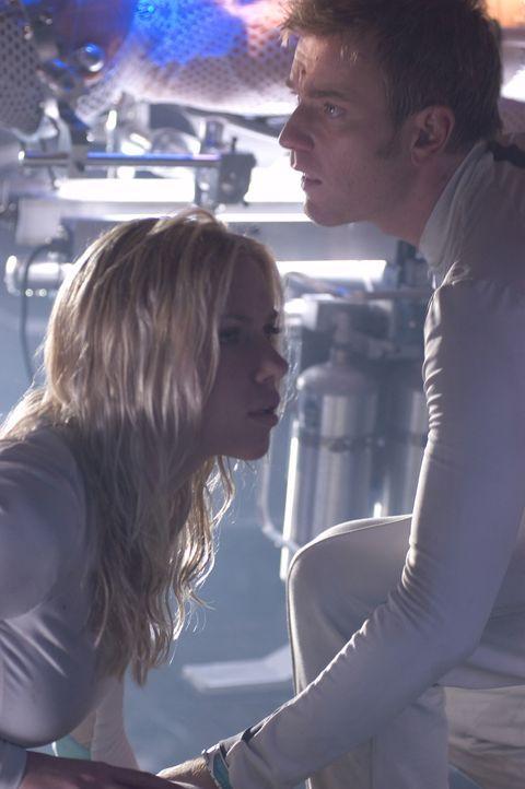 In dem Irrglauben, sie seien Überlebende einer tödlichen Seuche, leben Klone (Scarlet Johansson, l., Ewan McGregor, r.) in einer abgeschlossenen Kol... - Bildquelle: Warner Bros. Television