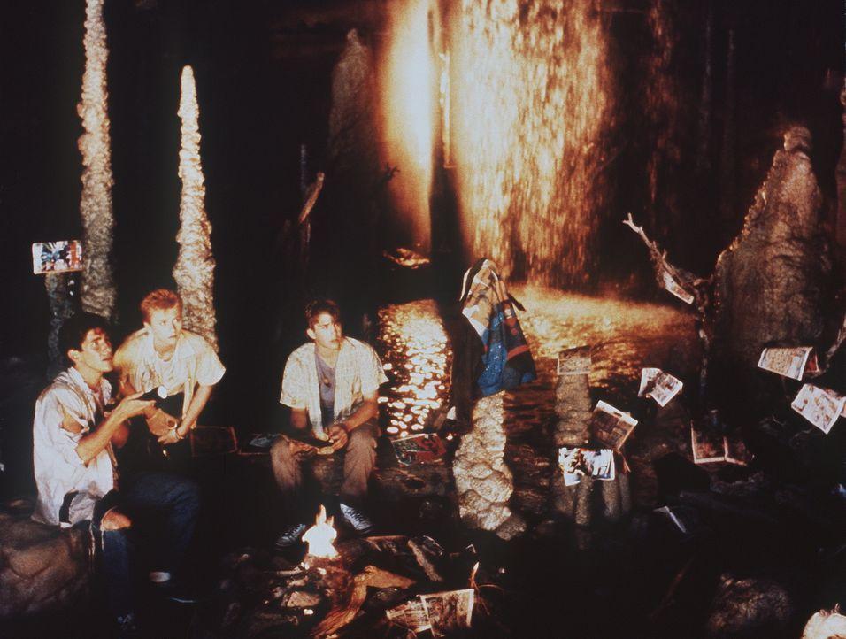 Immer wieder versetzen seltsame Vorkommnisse die drei Jugendlichen Crystina (Nicola Cowper, M.), Bryan (Paul Carafotes, l.) und Richard (Ilan Mitche...