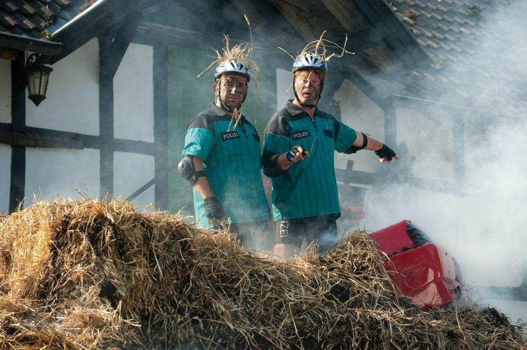 Die Chaos-Cops: Tommie (Tom Gerhardt, r.) und Mario (Hilmi Sözer, l.) ... - Bildquelle: 2010 Constantin Film Verleih GmbH