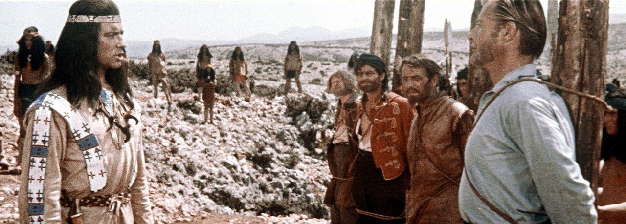 Eine letzte Chance: Der gütige Häuptling Winnetou (Pierre Brice, l.) gibt dem zum Tode verurteilten Old Shatterhand (Lex Barker, r.) eine Möglich... - Bildquelle: Columbia Pictures