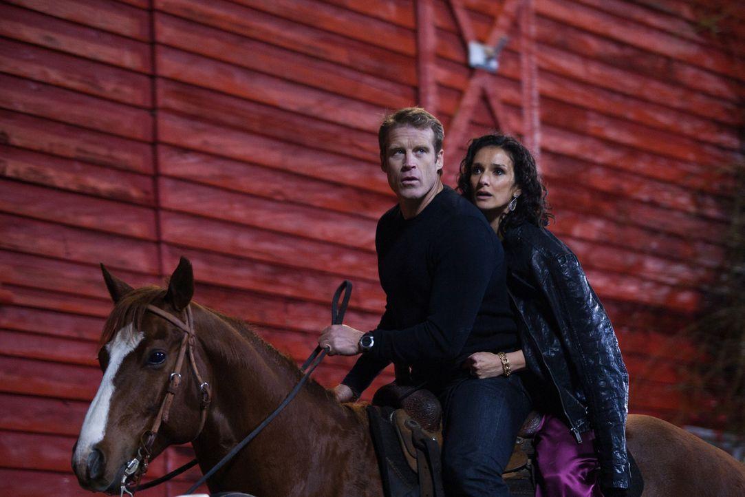 Auf der Flucht bemerken Chance (Mark Valley, l.) und Ilsa (Indira Varma, r.), dass sie etwas füreinander empfinden ... - Bildquelle: 2011  Warner Bros.