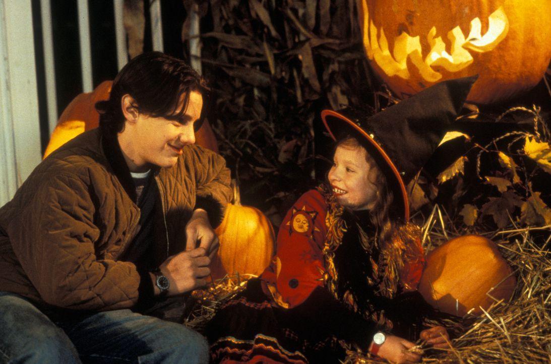 Max (Omri Katz, l.) muss an Halloween seiner kleine Schwester Dani (Thora Birch, r.) beim Einsammeln der Süßigkeiten helfen. Unglücklicherweise e... - Bildquelle: The Walt Disney Company. All Rights Reserved