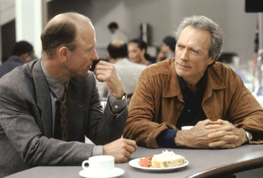 Seth Frank (Ed Harris, l.); Luther Whitney (Clint Eastwood, r.) - Bildquelle: Warner Brothers International