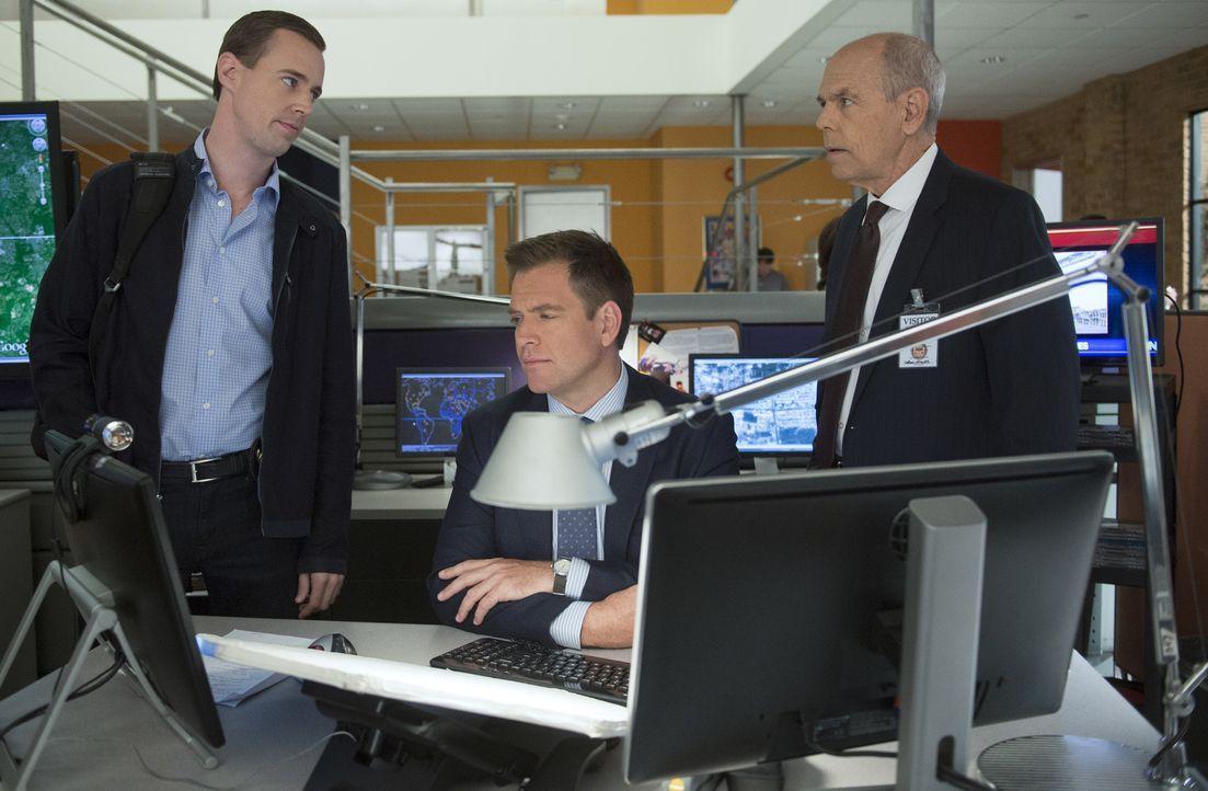 Gibbs' greift gemeinsam mit McGee (Sean Murray, l.) und Tony (Michael Weatherly, M.) seinem alten Freund Fornell (Joe Spano, r.) bei den Ermittlunge... - Bildquelle: Neil Jacobs CBS Television / Neil Jacobs