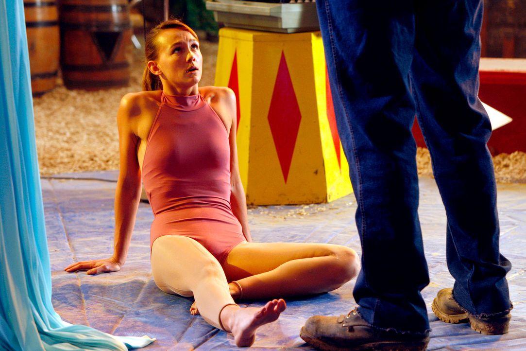Rückblende: Die junge Akrobatin Mia Romanov (Sharni Vinson, l.) hat es anfangs schwer, sich in der Zirkusfamilie durchzusetzen ... - Bildquelle: Warner Bros. Television