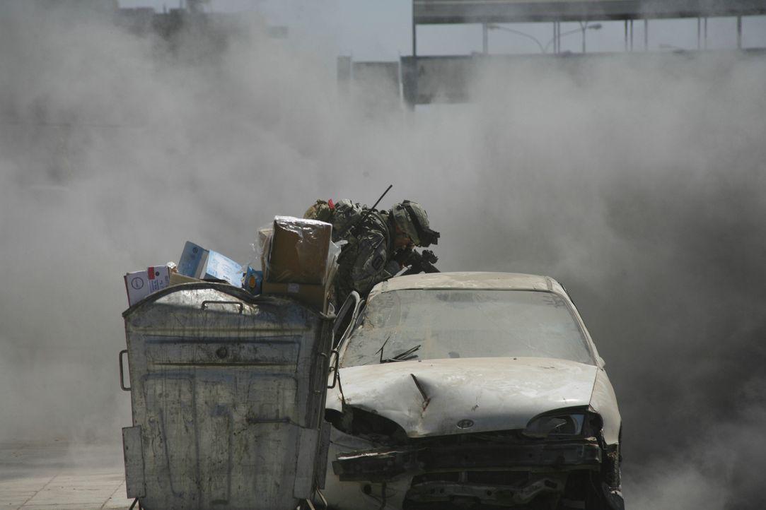 Hölle und Alptraum: Elite-Soldaten eines Bombenräumkommandos im Irak werden da eingesetzt, wo das Risiko im brennenden Kriegsalltag am größten ist.... - Bildquelle: 2009 Concorde Filmverleih GmbH