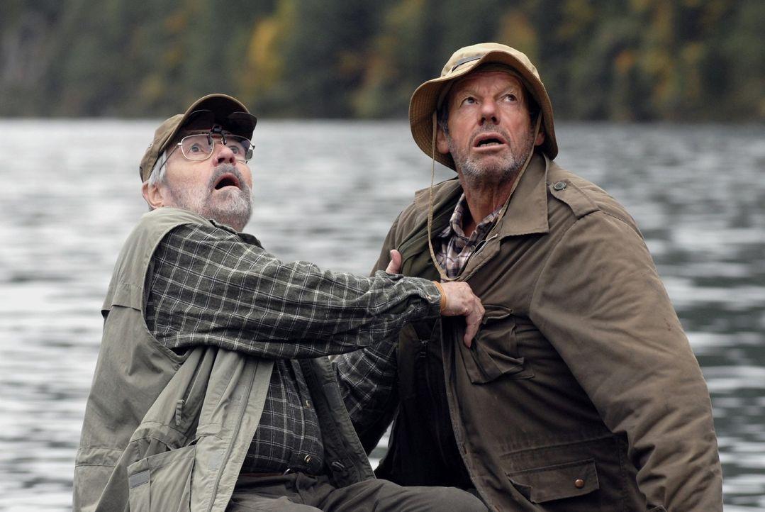 Die beiden Angler (Jannes Schlunk und Norbert Jank) trauen ihren Augen kaum, als sie plötzlich das berühmte Ungeheuer von Loch Ness vor sich sehen... - Bildquelle: Martin Menke Sat.1