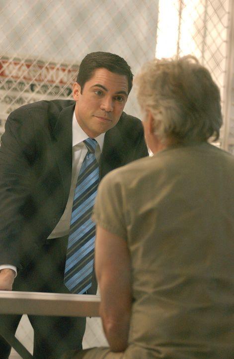 Det. Scott Valens (Danny Pino, l.) stattet dem Serienkiller Roy Anthony (Barry Bostwick, r.) einen Besuch ab ... - Bildquelle: Warner Bros. Television
