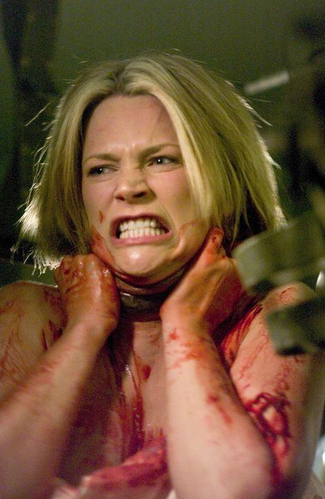 Kurz bevor der Mensch-Alien-Hybrid Eve (Natasha Henstridge) umgebracht wird, bringt sie noch ein Baby zur Welt. Sara sieht aus wie ein Kind, jedoch... - Bildquelle: 2007 MGM International Television Distribution