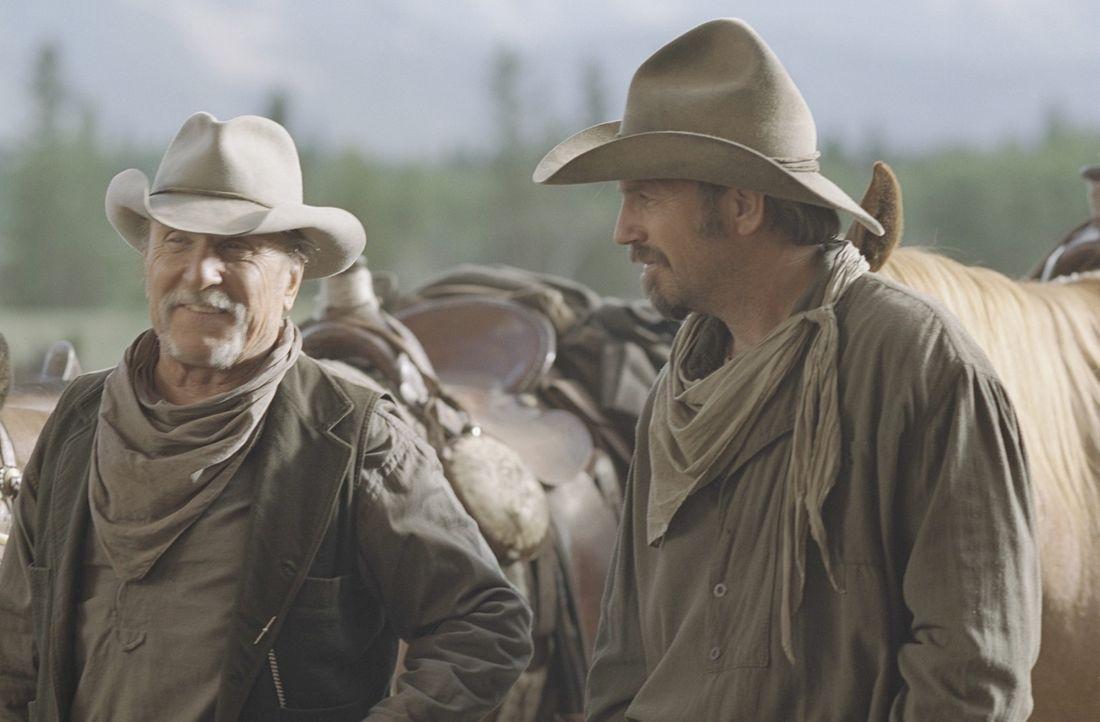 Als Charley Waite (Kevin Costner, r.) und sein Freund und Boss Spearman (Robert Duvall, l.) ihre Rinder über freies Weideland treiben, geraten sie... - Bildquelle: Touchstone Pictures