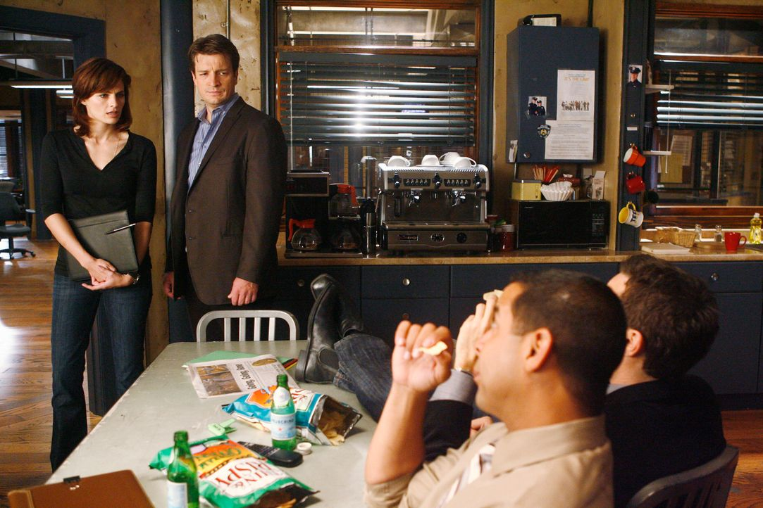 Zwei Mordfälle beschäftigen Kate (Stana Katic, l.), Castle (Nathan Fillion, 2.v.l.), Javier (Jon Huertas, 2.v.r.) und Kevin (Seamus Dever, r.). Um d... - Bildquelle: ABC Studios