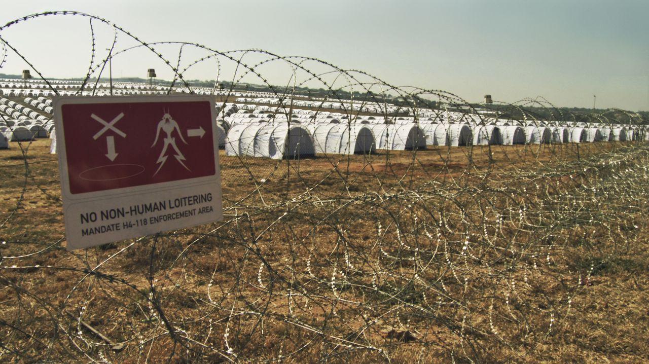Als vor über 20 Jahren außerirdische Flüchtlinge auf der Erde landeten, wurden sie in einem Notauffanglager interniert - in Johannesburg im District... - Bildquelle: 2009 District 9 Ltd. All Rights Reserved.