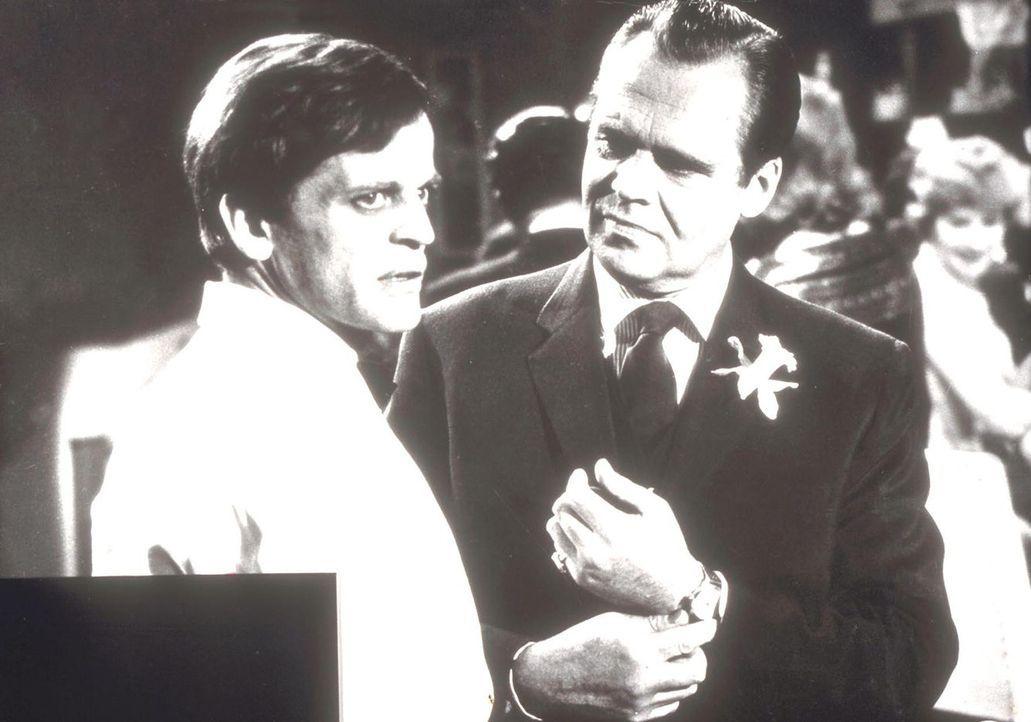 Was hat Peter Keene (Klaus Kinski, l.) mit dem Hauptverdächtigen Raymond Lyne (Albert Lieven, r.) zu besprechen? - Bildquelle: Goldstone Film Enterprises