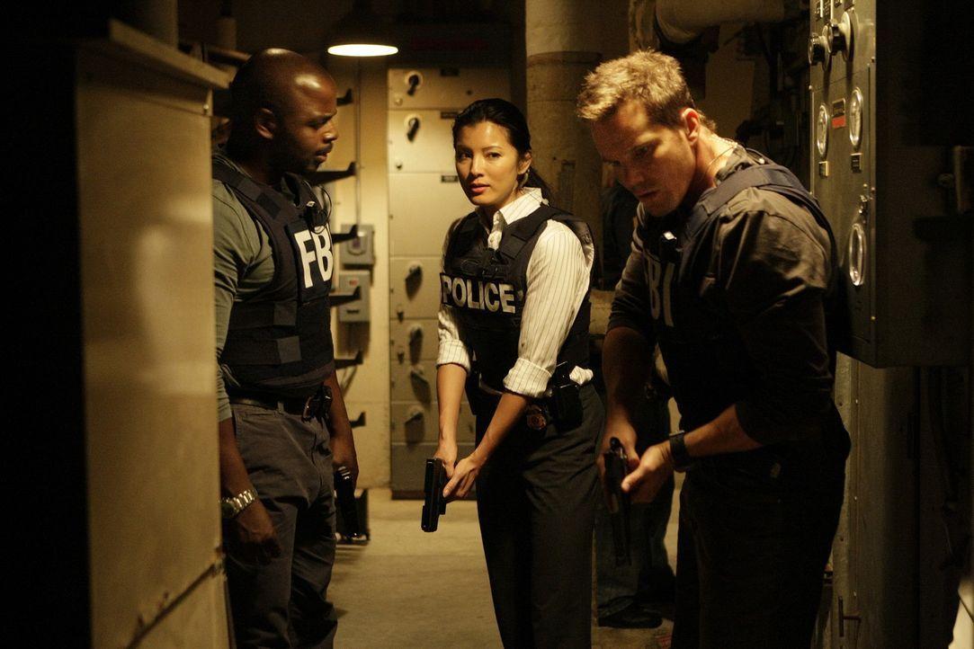 Ein neuer Fall beschäftigt Alice Kim (Kelly Hu, M.), Colby Granger (Dylan Bruno, r.) und David Sinclair (Alimi Ballard, l.). Gemeinsam unternehmen... - Bildquelle: Paramount Network Television