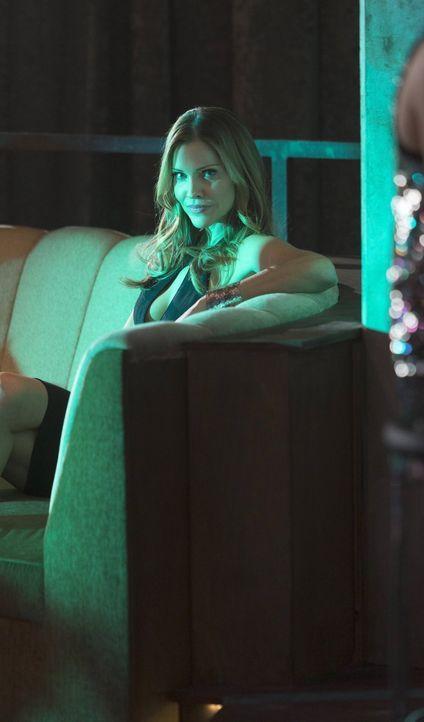 Versucht alles, um Lucifer dazu zu bringen, seine Gefühle zu kontrollieren, um das flammende Schwert für ihre Ziele nutzen zu können: Charlotte (Tri... - Bildquelle: 2016 Warner Brothers