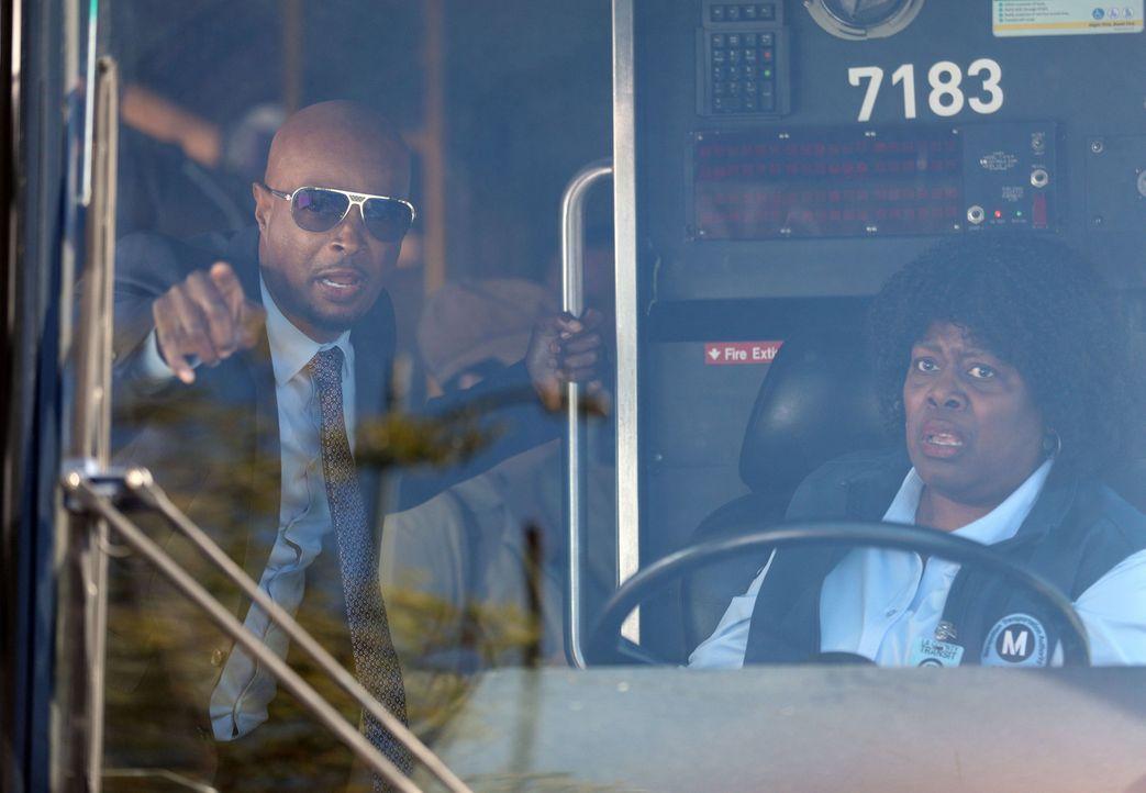 Kapert für eine Verfolgungsjagd einen Bus: Murtaugh (Damon Wayans, l.) ... - Bildquelle: Warner Brothers