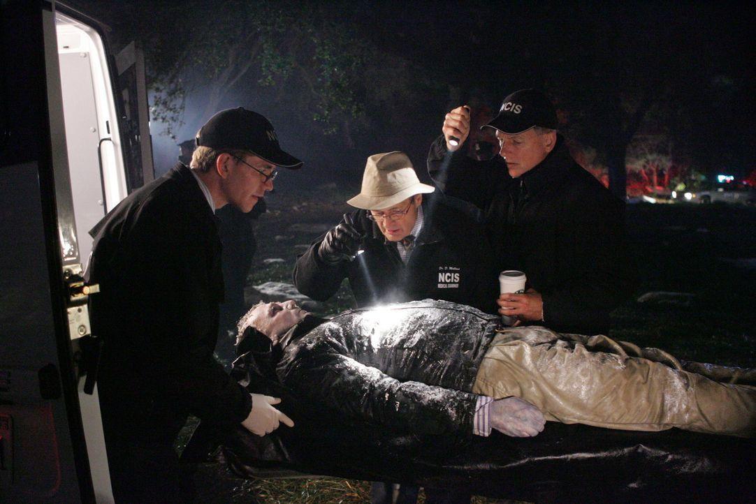 Jimmy Palmer (Brian Dietzen, l.), Ducky (David McCallum, M.) und Gibbs (Mark Harmon, r.) wollen herausfinden, was die Todesursache des Marines war ... - Bildquelle: CBS Television