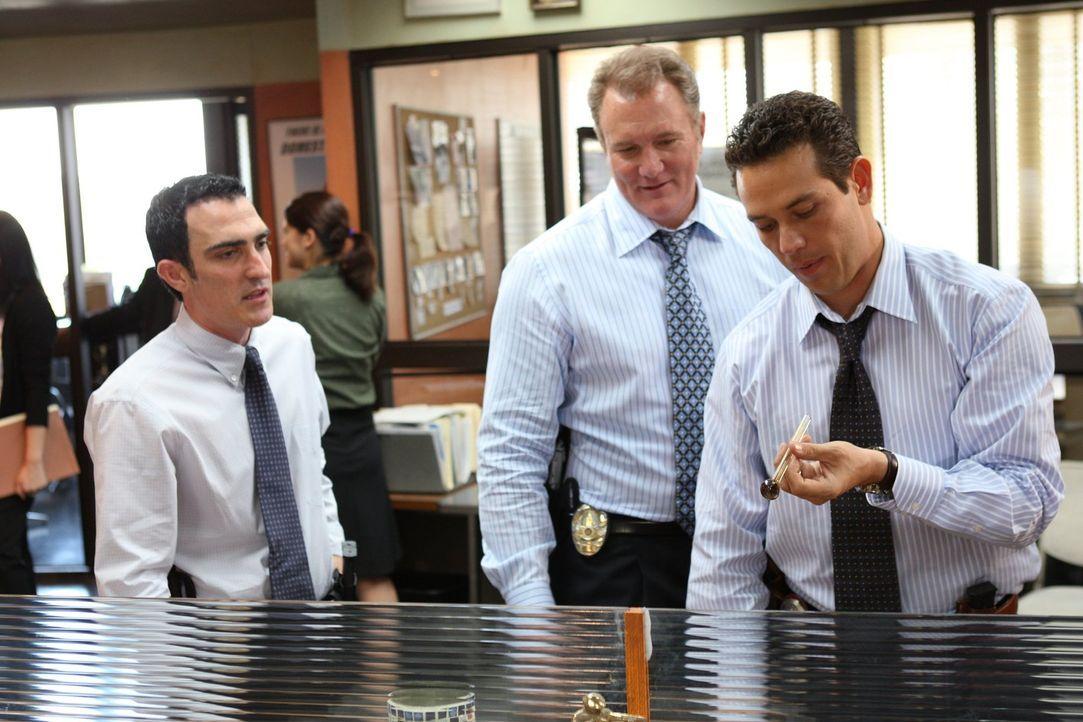 Im Kampf gegen diverse Jugendgangs kommen Detective Kenny 'No-Gun' (Patrick Fischler, l.), Detective Daniel Salinger (Michael McGrady, M.) und Detec... - Bildquelle: Warner Brothers